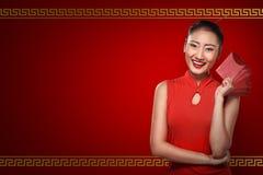 Κινεζική γυναίκα στο angpao εκμετάλλευσης ιματισμού tradional Στοκ Εικόνες