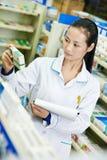 Κινεζική γυναίκα φαρμακοποιών φαρμακείων στο φαρμακείο της Κίνας στοκ εικόνες με δικαίωμα ελεύθερης χρήσης