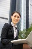 Κινεζική επιχειρηματίας που εργάζεται στο lap-top Στοκ Φωτογραφίες