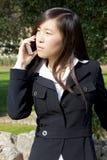 Κινεζική επιχειρησιακή γυναίκα που ακούει το τηλεφώνημα στοκ φωτογραφίες με δικαίωμα ελεύθερης χρήσης