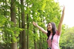 Κινεζική εργασία φύσης αγκαλιάσματος φωτογράφων γυναικών Aisan στη θερινή ημέρα Στοκ Εικόνες