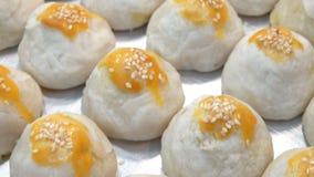 Κινεζική ζύμη, ταϊλανδικό κέικ, κέικ φεγγαριών ζύμης ρόλων ανοίξεων με τα καρύδια, mung φασόλι & κέικ αυγών απόθεμα βίντεο