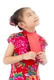 κινεζική καλή χρονιά ασιατικό κορίτσι χαμόγελου που κρατά τον κόκκινο φάκελο Στοκ Φωτογραφίες