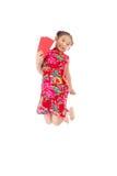 κινεζική καλή χρονιά ασιατικό κορίτσι χαμόγελου που κρατά τον κόκκινο φάκελο Στοκ Εικόνες