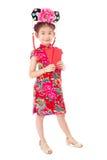 κινεζική καλή χρονιά ασιατικό κορίτσι χαμόγελου που κρατά τον κόκκινο φάκελο Στοκ εικόνες με δικαίωμα ελεύθερης χρήσης