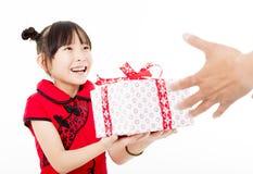 κινεζική καλή χρονιά μικρό κορίτσι που δίνει το κιβώτιο δώρων Στοκ Φωτογραφίες