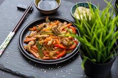Κινεζική κουζίνα - χοιρινό κρέας με τα λαχανικά που τσιγαρίζονται στην ξινός-γλυκιά σάλτσα Στοκ Εικόνες