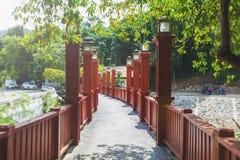 Κινεζική κόκκινη γέφυρα ύφους Η ξύλινη κόκκινος-χρωματισμένη γέφυρα σε Krabi, Ταϊλάνδη Στοκ Εικόνες