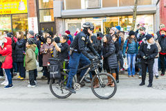 Κινεζική νέα παρέλαση έτους: Αστυνομικός του Σικάγου στο ποδήλατό του Στοκ εικόνες με δικαίωμα ελεύθερης χρήσης
