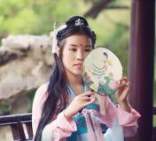 Κινεζική ντροπαλή ομορφιά Cosplay στο παραδοσιακό αρχαίο hanfu κοστουμιών δράματος Στοκ εικόνα με δικαίωμα ελεύθερης χρήσης