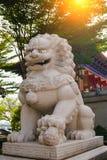 Κινεζική πέτρα λιονταριών μπροστά από τον κινεζικό ναό Στοκ φωτογραφία με δικαίωμα ελεύθερης χρήσης