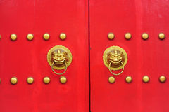 Κινεζική πόρτα με μια πόρτα χεριών λιονταριών Στοκ Εικόνα