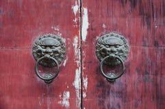 κινεζική πόρτα παλαιά Παλαιό doorknob στην εκλεκτής ποιότητας κόκκινη πόρτα στην Κίνα Στοκ φωτογραφία με δικαίωμα ελεύθερης χρήσης