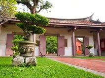 Κινεζική πύλη στο πάρκο Κομφουκίου με το μπονσάι, Ταϊνάν, Ταϊβάν στοκ φωτογραφίες