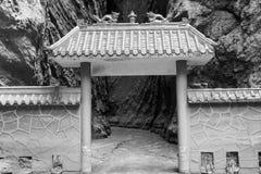 Κινεζική πύλη στη σκοτεινή πλευρά Στοκ φωτογραφία με δικαίωμα ελεύθερης χρήσης
