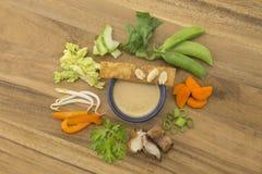 Κινεζική σαλάτα κοτόπουλου με τα τηγανισμένα συστατικά Wonton στοκ φωτογραφία με δικαίωμα ελεύθερης χρήσης
