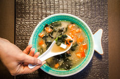 Κινεζική σούπα τροφίμων σε ένα όμορφο κύπελλο στοκ φωτογραφίες με δικαίωμα ελεύθερης χρήσης