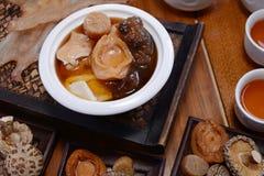 Κινεζική σούπα χορταριών με το ξύλινο υπόβαθρο στοκ εικόνα