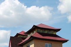Κινεζική στέγη ύφους πέρα από το υπόβαθρο μπλε ουρανού Στοκ εικόνα με δικαίωμα ελεύθερης χρήσης