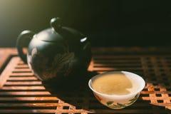 Κινεζική τελετή τσαγιού Teapot και ένα φλυτζάνι του πράσινου τσαγιού puer στον ξύλινο πίνακα Ασιατικός παραδοσιακός πολιτισμός Στοκ Φωτογραφία