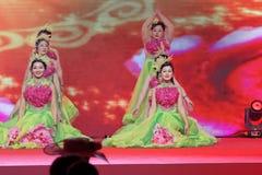 Κινεζικοί εορτασμοί εμπορικών επιμελητηρίων επιχειρηματιών χορός-γυναικών ονείρου Στοκ φωτογραφία με δικαίωμα ελεύθερης χρήσης