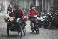 Κινεζικοί εργαζόμενοι στο δρόμο μεταξιού Hangzhou, Κίνα στοκ εικόνες