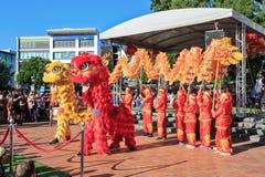 Κινεζικοί νέοι χορευτές δράκων και λιονταριών έτους στοκ φωτογραφία