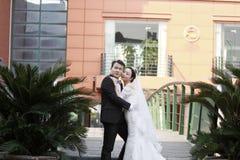 Κινεζικοί νύφη και νεόνυμφος, γαμήλιο ζεύγος, νύφη κοριτσιών στο γαμήλιο φόρεμα με μια όμορφη αυτοκρατορική κορώνα Στοκ Εικόνες
