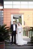 Κινεζικοί νύφη και νεόνυμφος, γαμήλιο ζεύγος, νύφη κοριτσιών στο γαμήλιο φόρεμα με μια όμορφη αυτοκρατορική κορώνα Στοκ φωτογραφίες με δικαίωμα ελεύθερης χρήσης