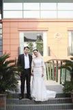 Κινεζικοί νύφη και νεόνυμφος, γαμήλιο ζεύγος, νύφη κοριτσιών στο γαμήλιο φόρεμα με μια όμορφη αυτοκρατορική κορώνα Στοκ Εικόνα