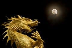 Κινεζικοί δράκος και πανσέληνος Στοκ φωτογραφία με δικαίωμα ελεύθερης χρήσης