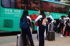 Κινεζικοί σπουδαστές γυμνασίου στην αναμονή το λεωφορείο πίσω στο σχολείο Στοκ φωτογραφία με δικαίωμα ελεύθερης χρήσης