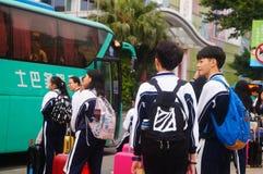 Κινεζικοί σπουδαστές γυμνασίου στην αναμονή το λεωφορείο πίσω στο σχολείο Στοκ φωτογραφίες με δικαίωμα ελεύθερης χρήσης