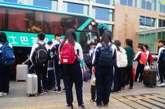 Κινεζικοί σπουδαστές γυμνασίου στην αναμονή το λεωφορείο πίσω στο σχολείο Στοκ εικόνες με δικαίωμα ελεύθερης χρήσης