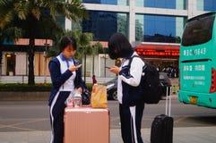 Κινεζικοί σπουδαστές γυμνασίου στην αναμονή το λεωφορείο πίσω στο σχολείο Στοκ Εικόνες