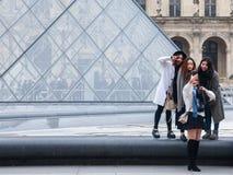 Κινεζικοί τουρίστες που παίρνουν selfie τις φωτογραφίες μπροστά από την πυραμίδα του Λούβρου Η πυραμίδα του Λούβρου είναι μια από Στοκ εικόνα με δικαίωμα ελεύθερης χρήσης