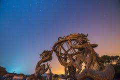 Κινεζικοί Armillary σφαίρα και νυχτερινός ουρανός Στοκ εικόνες με δικαίωμα ελεύθερης χρήσης