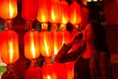 Κινεζικός έφηβος με το τηλέφωνο κυττάρων Στοκ εικόνα με δικαίωμα ελεύθερης χρήσης