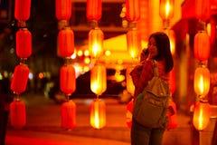 Κινεζικός έφηβος με το τηλέφωνο κυττάρων Στοκ φωτογραφία με δικαίωμα ελεύθερης χρήσης