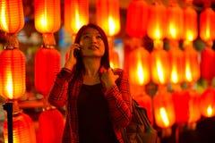 Κινεζικός έφηβος με το τηλέφωνο κυττάρων Στοκ Εικόνες