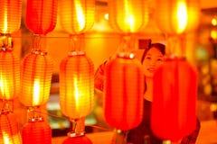 Κινεζικός έφηβος με το τηλέφωνο κυττάρων Στοκ Φωτογραφία