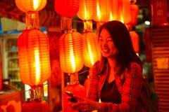 Κινεζικός έφηβος με το τηλέφωνο κυττάρων Στοκ εικόνες με δικαίωμα ελεύθερης χρήσης