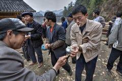 Κινεζικός λαός που παίρνει το ρύζι τα χέρια του σε έναν αγροτικό εορτασμό Στοκ εικόνες με δικαίωμα ελεύθερης χρήσης