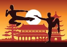 Κινεζικός εγκιβωτίζοντας διάσημος αθλητισμός πολεμικής τέχνης Kung Fu, πάλη δύο μπόξερ μαζί γύρω με τον κινεζικό ναό απεικόνιση αποθεμάτων
