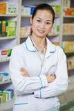 Κινεζικός εργαζόμενος φαρμακείων στο φαρμακείο της Κίνας στοκ εικόνες