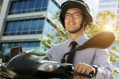 Κινεζικός κάτοχος διαρκούς εισιτήριου επιχειρηματιών με τη μοτοσικλέτα μηχανικών δίκυκλων στο Morn Στοκ Εικόνα