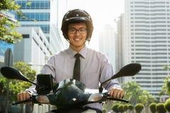 Κινεζικός κάτοχος διαρκούς εισιτήριου επιχειρηματιών που χρησιμοποιεί τη μοτοσικλέτα μηχανικών δίκυκλων στην πόλη Στοκ φωτογραφία με δικαίωμα ελεύθερης χρήσης