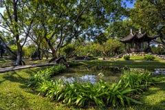 Κινεζικός κλασσικός κήπος με τα περίπτερα και τη λίμνη Στοκ φωτογραφίες με δικαίωμα ελεύθερης χρήσης