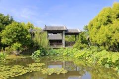 Κινεζικός κλασσικός κήπος με τη λίμνη Στοκ Εικόνα