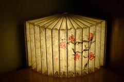 Κινεζικός λαμπτήρας βιβλίων στον πίνακα - εσωτερικό σχέδιο Στοκ φωτογραφία με δικαίωμα ελεύθερης χρήσης